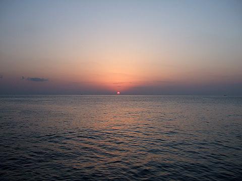 快晴、べた凪。五島列島から望む朝日。