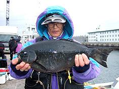 嶋田進さん44.5cm(魚を持っているのは永瀬さん)